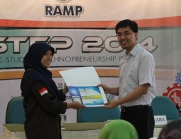 Bapak Diyanto Imam memberikan penghargaan kepada peserta I-STEP